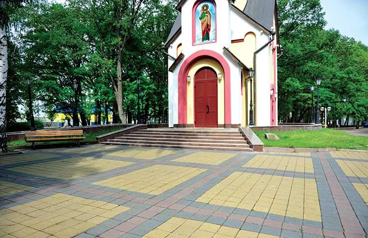 Бруківка Цегла біля церкви